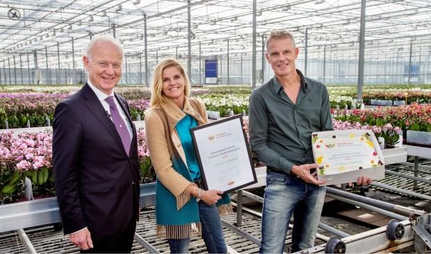 Nico Koomen, voorzitter van de stichting Tuinbouw Ondernemersprijs, op bezoek bij Rob en Désirée Olsthoorn van OK Plant in Naaldwijk. Foto: (PR/G.J. Vlekke)