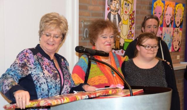 Wethouder Margriet den Brok kreeg van de kunstenaars van Dogma een portret van haarzelf overhandigd