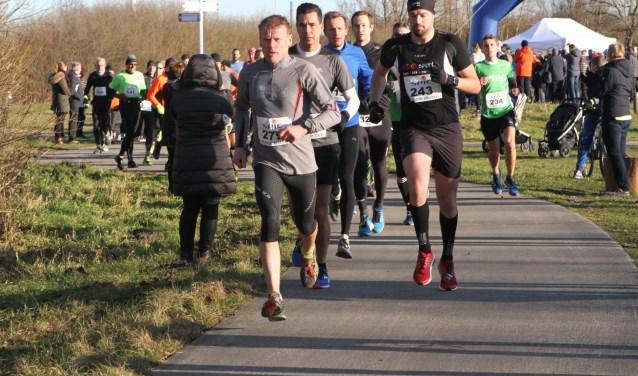 Winnaar Christiaan van Beusichem (uiterst rechts) gaf bij de start van de Halve van Westvoorne zijn concurrenten, onder wie Wim Padmos (links), alle ruimte. * Foto Wil van Balen.