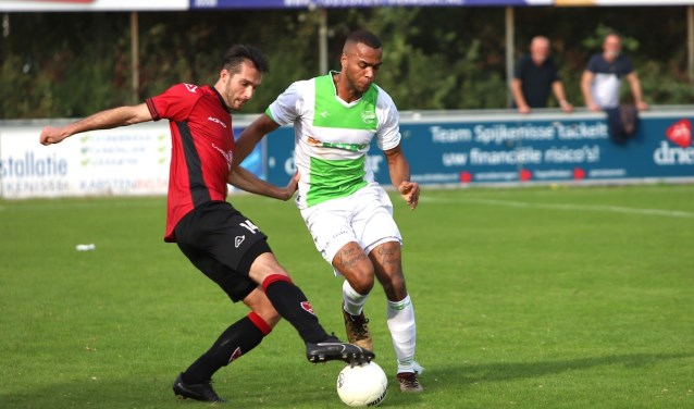 Spijkenisse is zaterdag door de benauwde zege op FC Rijnvogels (2-1) gestegen naar de koppositie in de hoofdklasse.