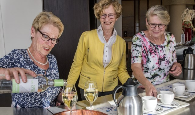 Ria Kieviet, Jeanne van Beveren en Nel Ritmeester (v.l.n.r.) vormen de kerngroep van de 'Brandingvrijwilligers' in Stuifakkers. * Foto: Jos Uijtdehaage.