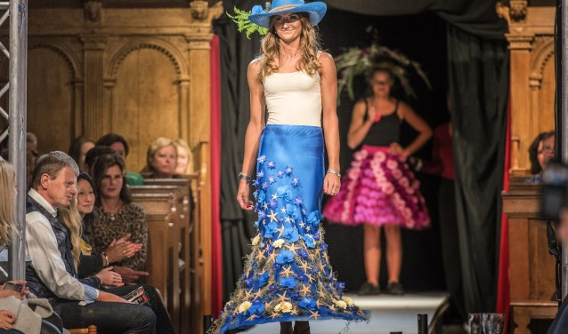 Brielle's Got Fashion werd geopend door vier modellen, gekleed in ontwerpen waarbij gebruik werd gemaakt van verse bloemen