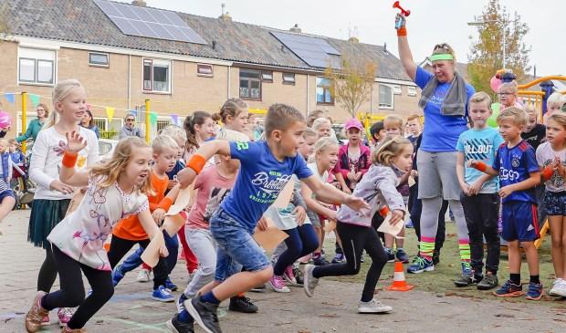 De jongste leerlingen renden over het schoolplein.