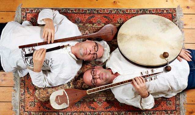Van Glabbeek bespeelt verschillende Perzische instrumenten, zoals de tar, de setar en de daf.