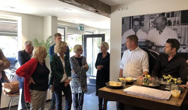 Onder het motto 'College op pad' gingen burgemeester en wethouders op 10 oktober op verschillende plekken in Honselersdijk in gesprek met ondernemers en inwoners. Foto: (PR)