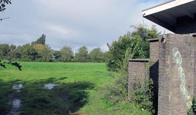 Het  te handhaven entreegebouwtje van Wit Rood Wit,  als voorbeeld van Brielse wederopbouwarchitectuur, staat er inmiddels wat bouwvallig bij.