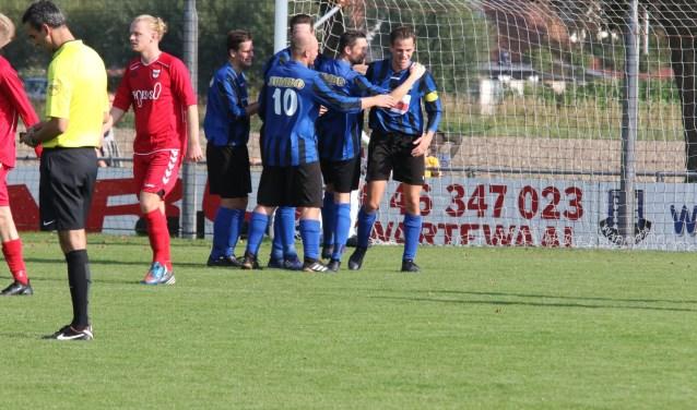 Douwe Zijlstra, Jesper Lakerveld en Ricardo Nijsen (v.l.n.r.) vieren de 3-0 van captain Michael Straatman. * Foto: Wil van Balen.
