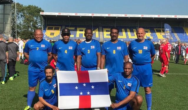 Het team van de Antillen met v.l.n.r. staand Bibi Statie, Wilbert Pourier, Julian Arindell, Berto Mercera, Wim Vermeulen en zittend Nando Frans en Melvin Zimmerman. * Foto: copy wright Antillen-team.