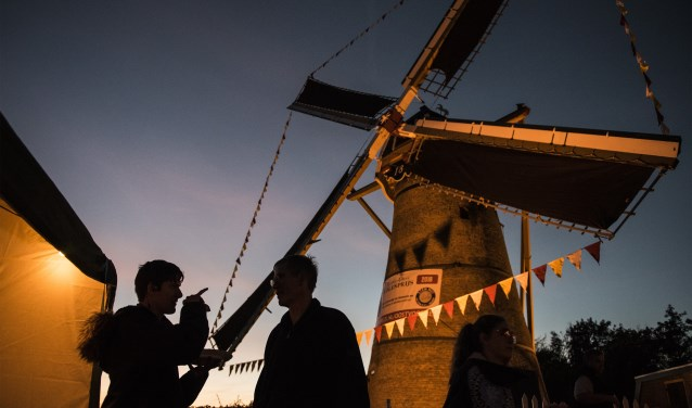 De korenmolen van Oostvoorne was afgelopen weekeinde 36 uur lang in bedrijf. * Foto: Jos Uijtdehaage.