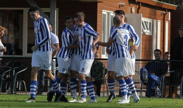 Ramon de la Haye, Ronald Meilly, Bart Rollof, Diego de Graaf en Michael van Maurik (v.l.n.r.) vieren de 1-1. * Foto: Wil van Balen.