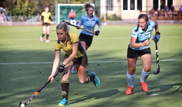 De dames van HV Spijkenisse kwamen zondag tot een gelijkspel (1-1) tegen koploper Dopie.