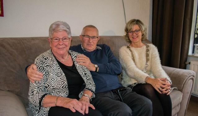 Meneer en Mevrouw Nagtegaal werden persoonlijk gefeliciteerd door burgemeester Ada Grootenboer-Dubbelman.  Foto: Sam Fish