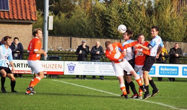 De eerste helft hielden de ploegen elkaar in evenwicht. De tweede helft besliste DVV '09 het duel (foto Marjo Smit).