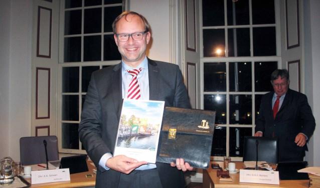 Wethouder Robert van der Kooi met de Brielse 'miljoenennota' .
