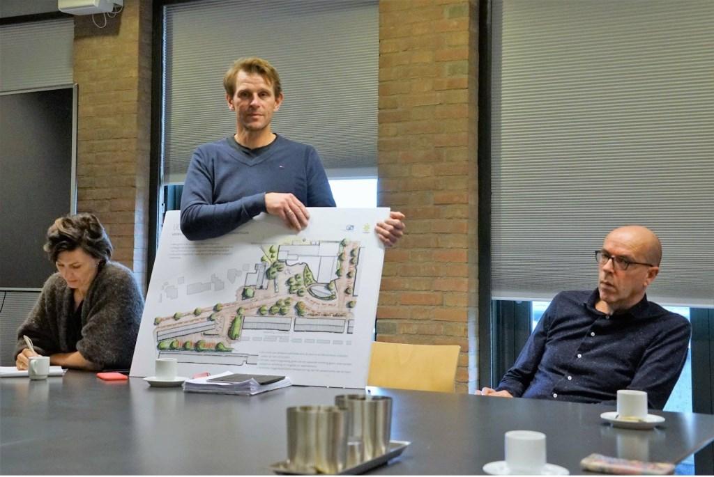 Jan Arie Meijer met de plankaart Foto: Anton Huber © GrootHellevoet.nl