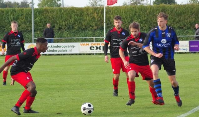Marc Peeman (rechts) tegen een overmacht aan Den Bommel spelers: Joris Buijs, Ruben dos Santos Fortes, Johnno Bakker, Stefan Klink.