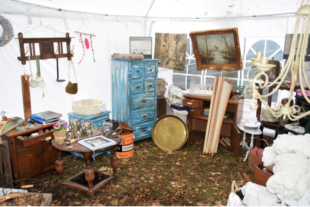 Kleine meubelen en schilderijen Foto: :Leo Blok © GrootHellevoet.nl