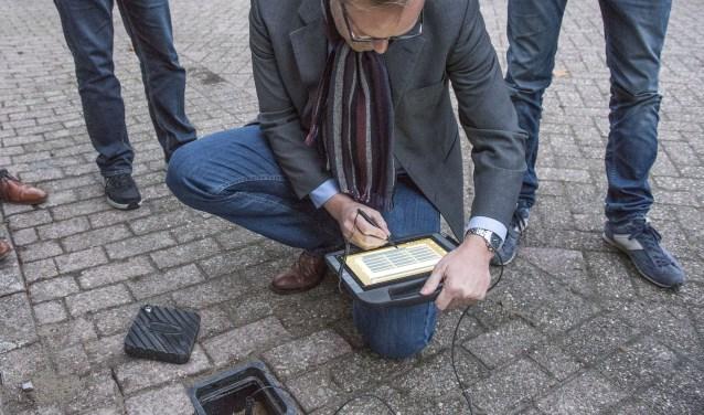 Wethouder Van der Kooi voorzag maandag de laatste peilbuis van de meetapparatuur aan het Fregat 34 (Foto: Jos Uijtdehaage)