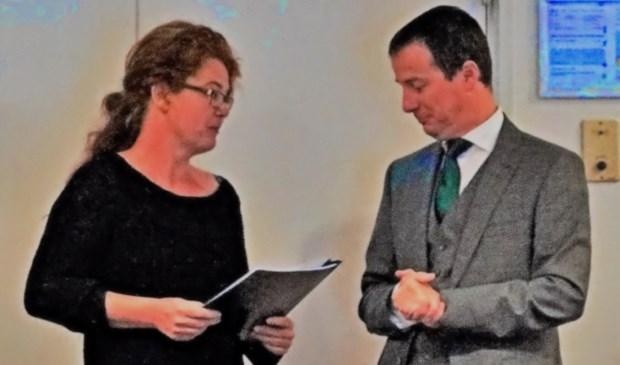 Heidi van Noort overhandigt de petitie aan wethouder Schop