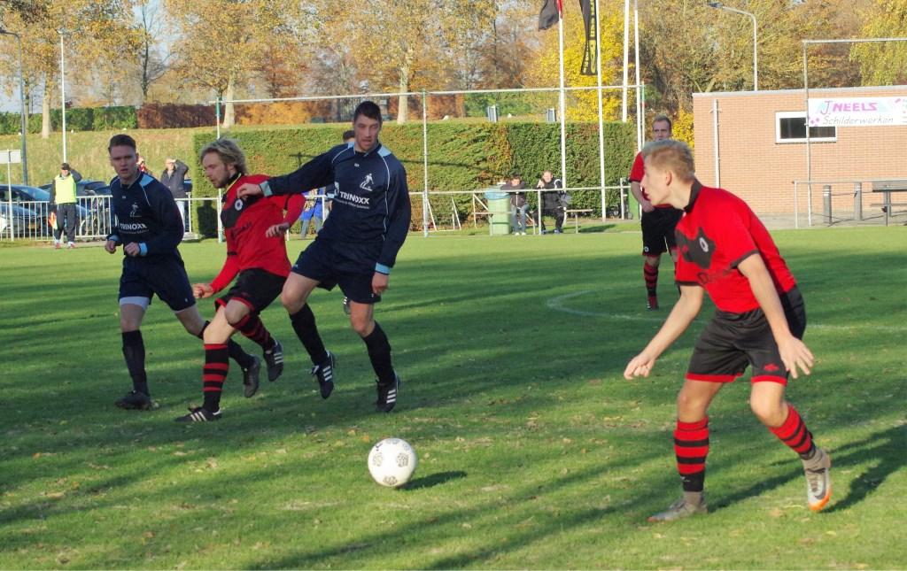 Joeri Gebuijs aan de bal met in het midden Bram Breederveld,die 4x wist te scoren.  © GGOF.nl