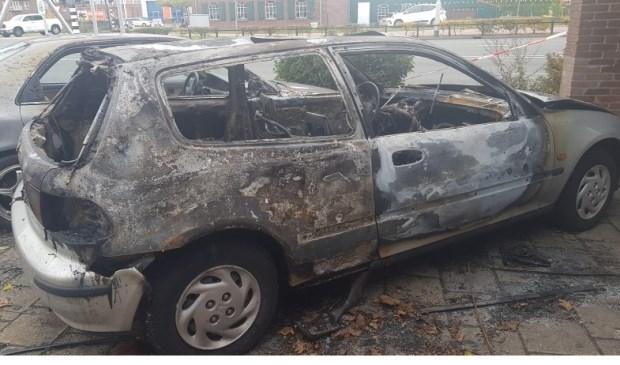 Een van de auto's die in de nacht van dinsdag op woensdag in vlammen opging.