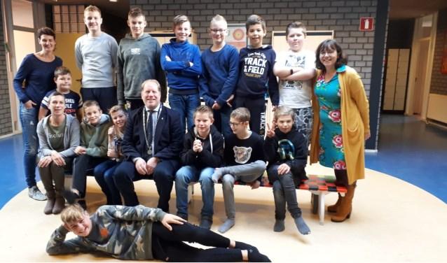 Burgemeester Peter de Jong bezocht de leerlingen van de Gelinckschool in Oostvoorne in het kader van de nationale schoolontbijtweken.