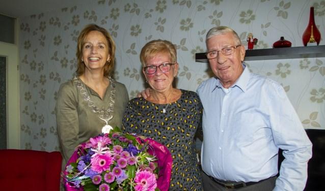 Bloemen van de burgemeester voor het diamanten echtpaar