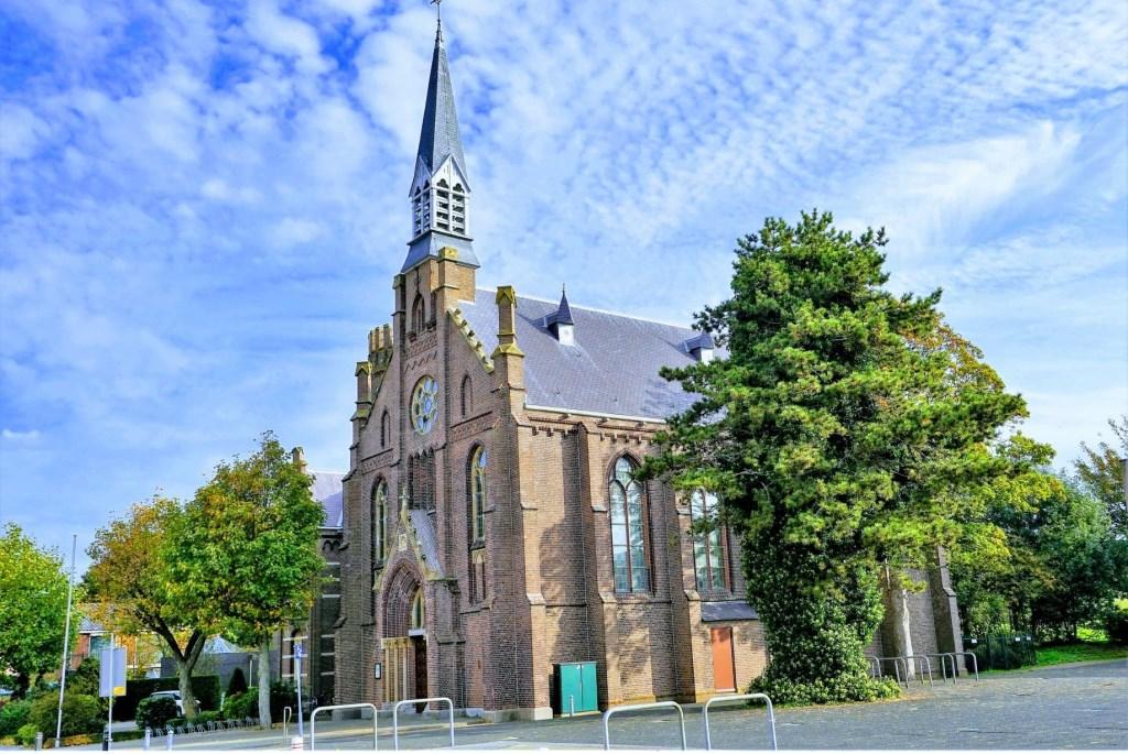 De kerk met boom Foto: Anton Huber © GrootHellevoet.nl