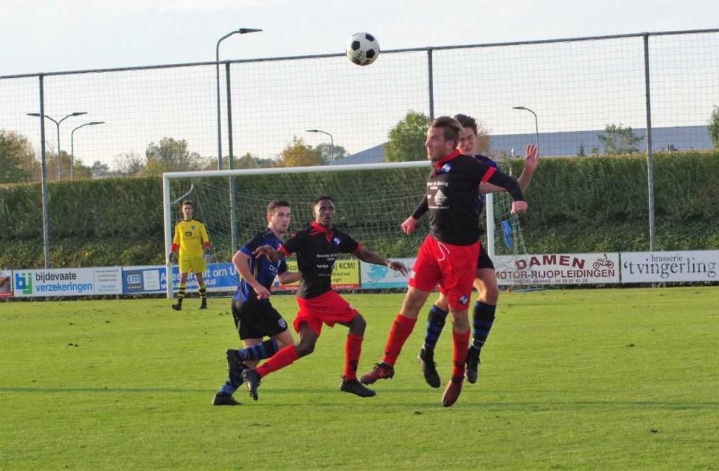 Er waren mooie onderlinge duels te zien in deze derby, zoals hier het kopduel tussen Wesley Bakker en Gerben van der Weele.  © GGOF.nl