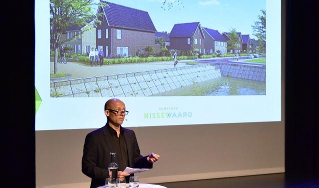 Wethouder Jan Willem Mijnans tijdens een eerdere presentatie van de nieuwbouwplannen in Nissewaard