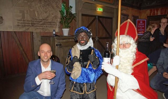 Speciaal ter gelegenheid van het 10-jarig jubileum heeft onze lokale brouwerij Solaes een jubileumbier gebrouwen voor stichting WO2GO. Links Dennis Notenboom met Sinterklaas die het eerste flesje ontving.