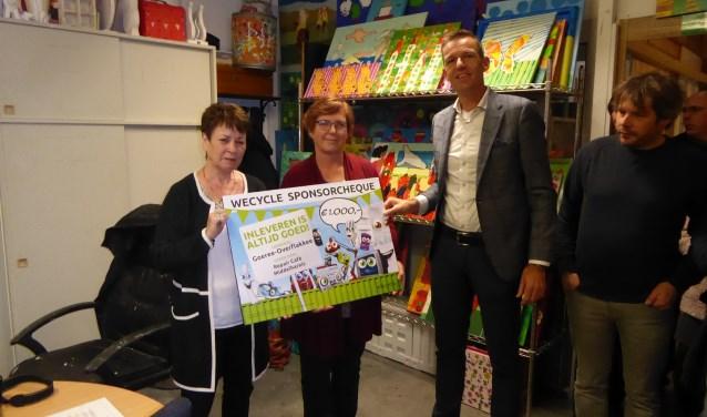 Wethouder Daan Markwat overhandigde afgelopen zaterdag de prijs van Wecycle aan vertegenwoordigers van het Repair Café.
