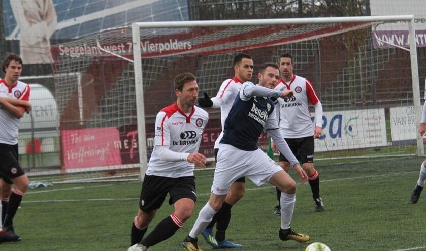 Gino Stolk (tweede van links) speelde dit keer in de Brielse defensie. (Foto: Wil van Balen).