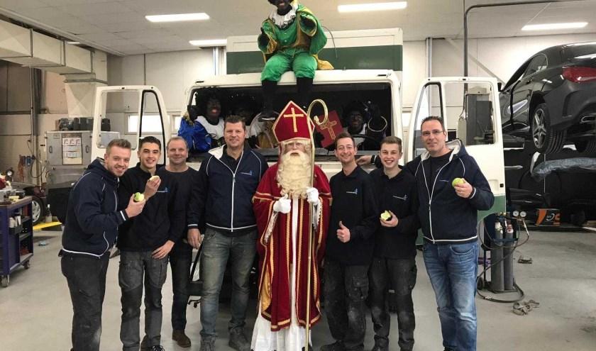 Sinterklaas bezocht autospuiterij MV Schadeherstel in De Lier.