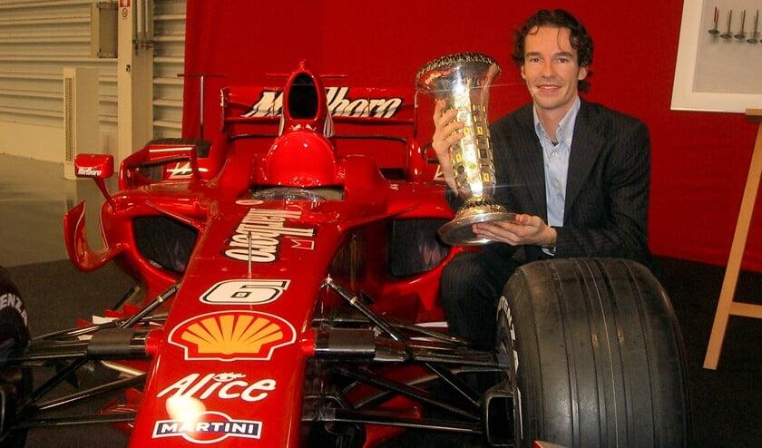 Remko met in zijn handen de felbegeerde kampioensbeker voor het constructeursteam