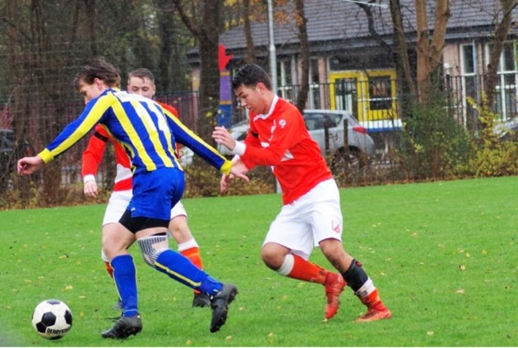 Sven van Nieuwenhuyzen (l) schermt de bal voor Yoran van Bezooijen.  © GGOF.nl