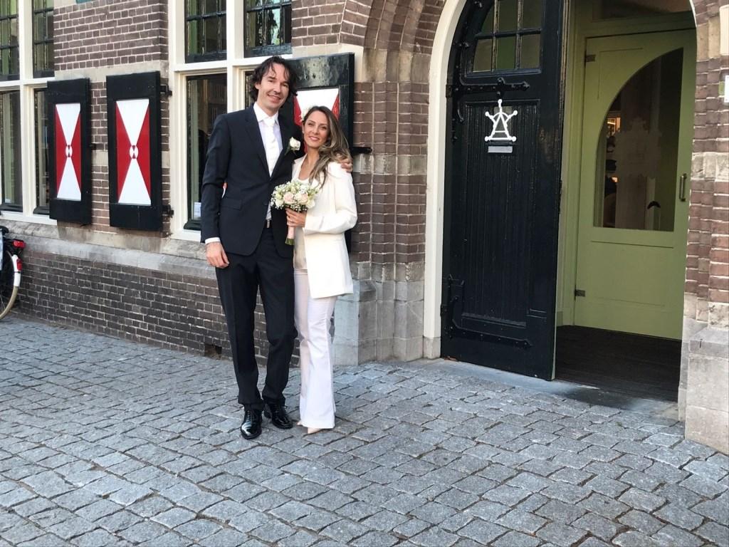 Gelukkig bruidspaar Golnaz en Remko bij het Raad- en Polderhuis  © GGOF.nl