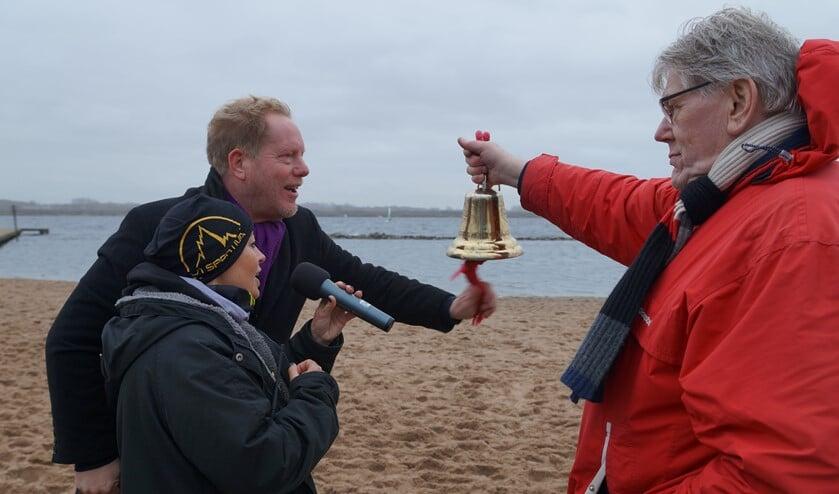 Burgemeester De Jong en trail-organisator Els Priester 'luidden' de deelnemers op weg. (Foto: Jasper Dijkman).
