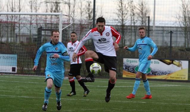 Jeffrey Duijnstee voorkwam met de 1-1 een nederlaag voor Brielle bij koploper SC Feyenoord. * Archieffoto: Wil van Balen.
