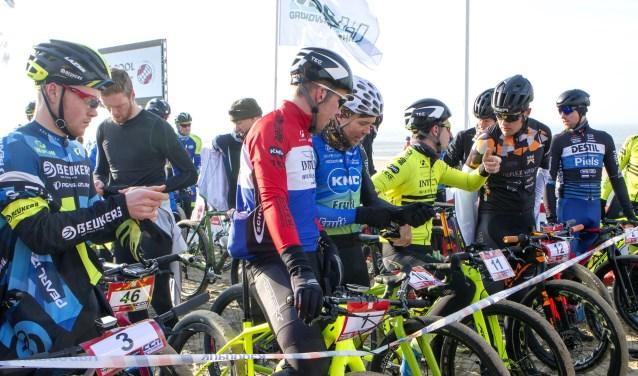 Ronan van Zandbeek (1), Ramses Bekkenk (10), Robbert Gevers (11) en de latere winnaar Robert de Nijs (12) staan klaar aan het vertrek met plannen om te vlammen. * Foto: Wil van Balen.