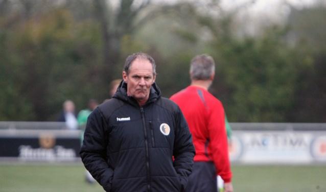 Het is wekelijks puzzelen voor trainer Hans de Heer om een compleet elftal  in het veld te kunnen brengen. * Archieffoto: Wil van Balen.