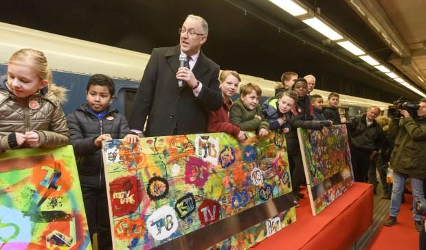 Burgemeester Ahmed Aboutaleb onthult het kunstwerk gemaakt door kinderen uit de vijf gemeentes langs de Hoekse Lijn. Het kunstwerk werd gemaakt onder begeleiding van de KunstPiloot.