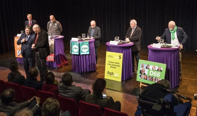 De lijsttrekkers van Brielle gingen woensdagavond in het BREStheater met elkaar in debat onder leiding van Johan Cahuzak, na een introductie door burgemeester Gregor Rensen (fotografie Jos Uijtdehaage)
