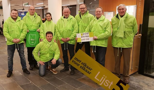 De kandidaat raadsleden voor IBGB in hun frisse outfit in de actuele kleur 'lime' in de hal van het stadskantoor