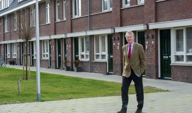 André Schoon bij de starterswoningen aan de Annahoevestraat. Deze woningen zijn voor minder dan € 150.000 verkocht
