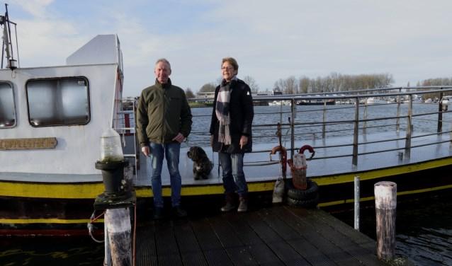 Ingrid van Willigen en Hans Slagter bij het pontje