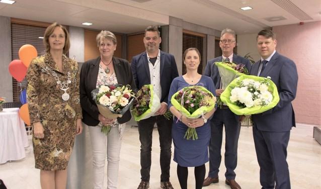De nieuwe raadsleden, naast de burgemeester, v.l.n.r. Marjan Peelen, Ronald van Spronsen, Karen de Graaf - van Lith, Klaas Kamphuis en Ed Weeder