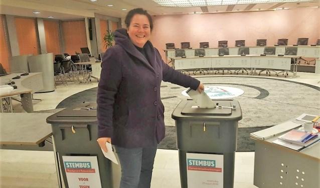Heleen Boender bij de stembus in het gemeentehuis.