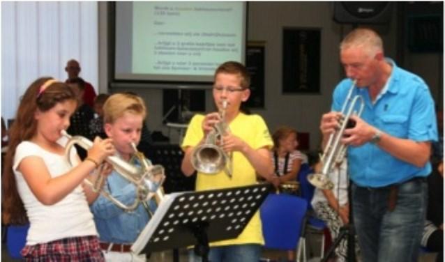 Leerlingen van Muziekgebouw GO spelen voor publiek.