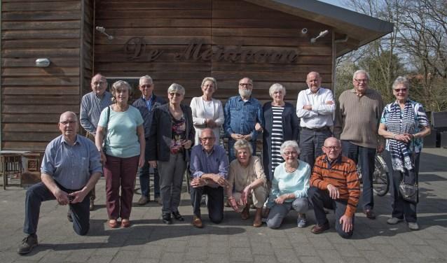 Vijftien reünisten van de 'Overbos eerste klas van 1948' kwamen afgelopen zaterdag in De Meidoorn bij elkaar. * Foto: Jos Uijtdehaage.